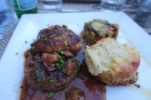 Filet de Boeuf Grillé, Foie Gras Poélé Sauce Cépes, Assortiment de légumes et Gratin de Pommes de Terre